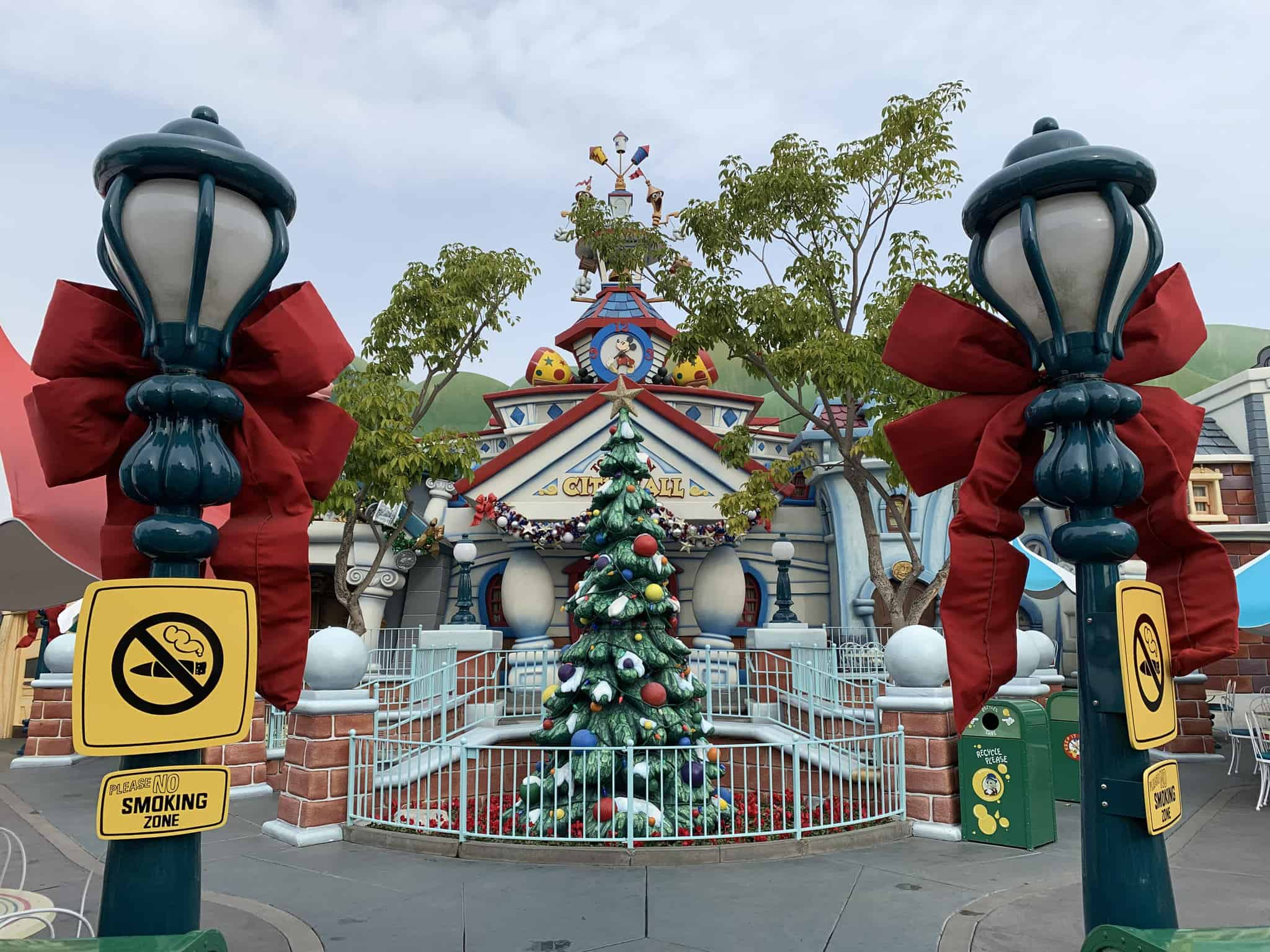 disneyland resort christmas tree toontown