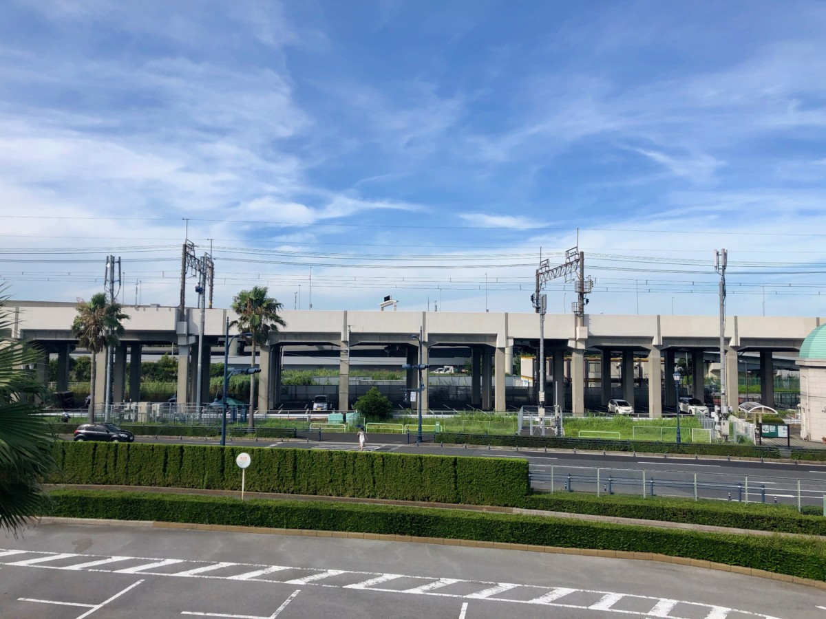 JR Keiyo Line entering Maihama Station (as seen from Tokyo Disneyland entrance walkway)