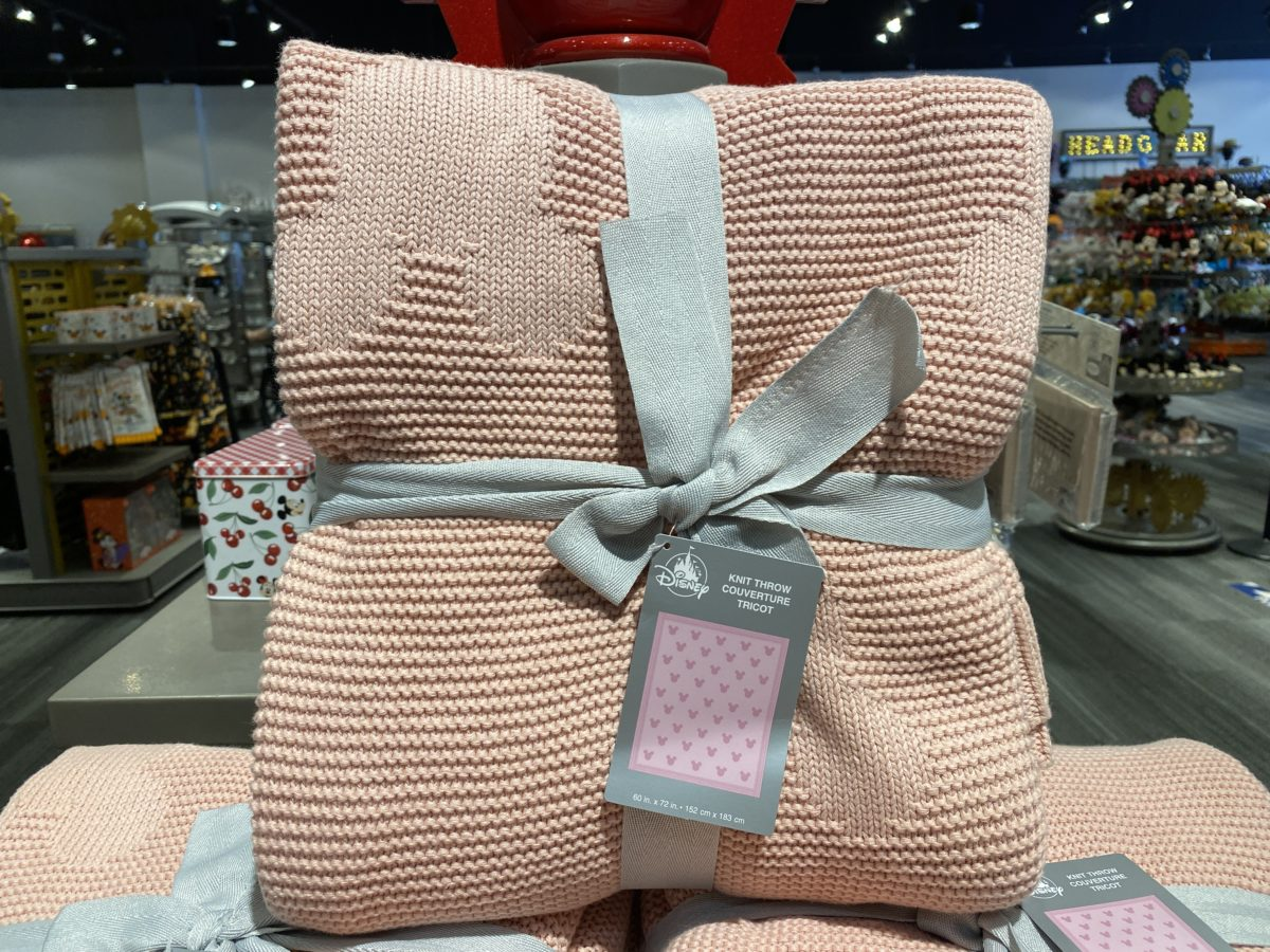 pink-knit-throw-blanket-mickey-head-epcot-10112020-5816723