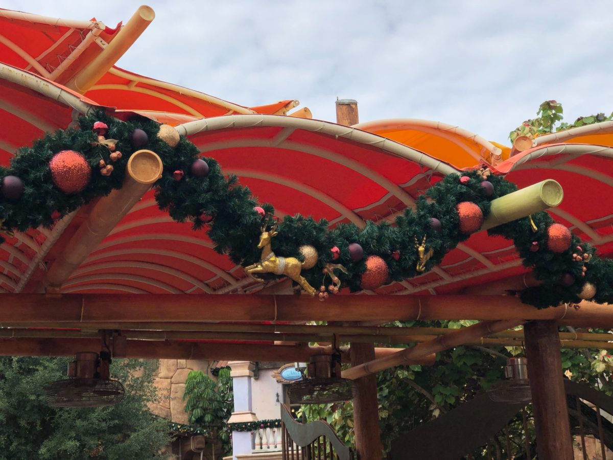 islands-of-adventure-christmas-entrance