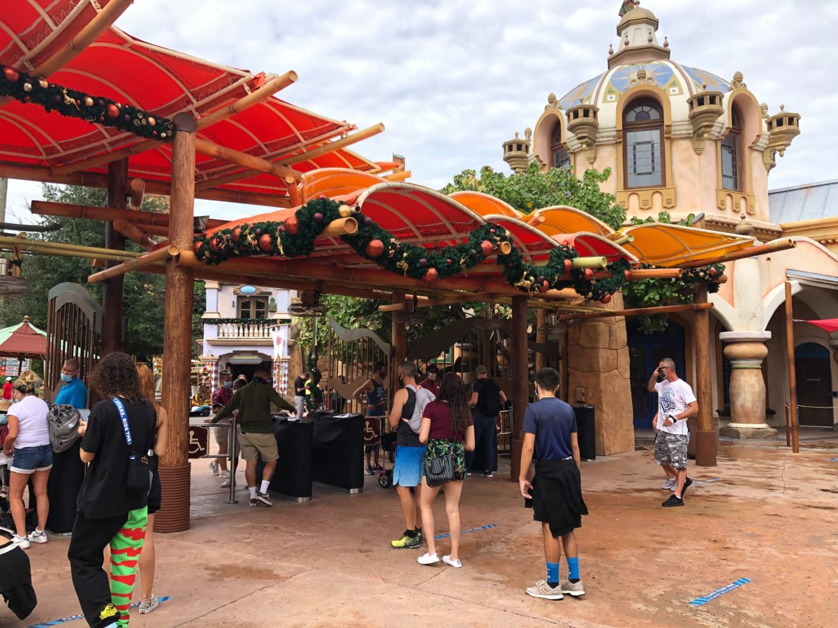 islands-of-adventure-christmas-entrance-3