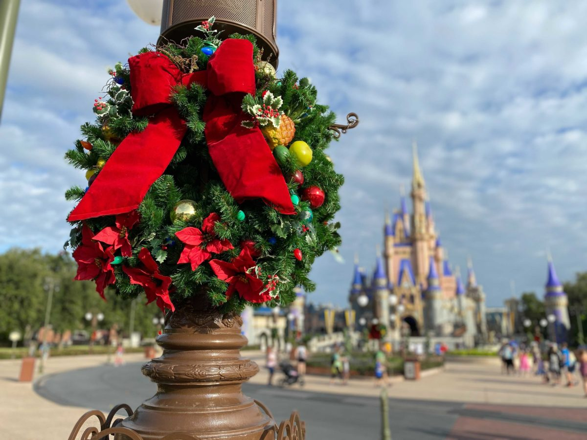 christmas-magic-kingdom-2020-decorations_24