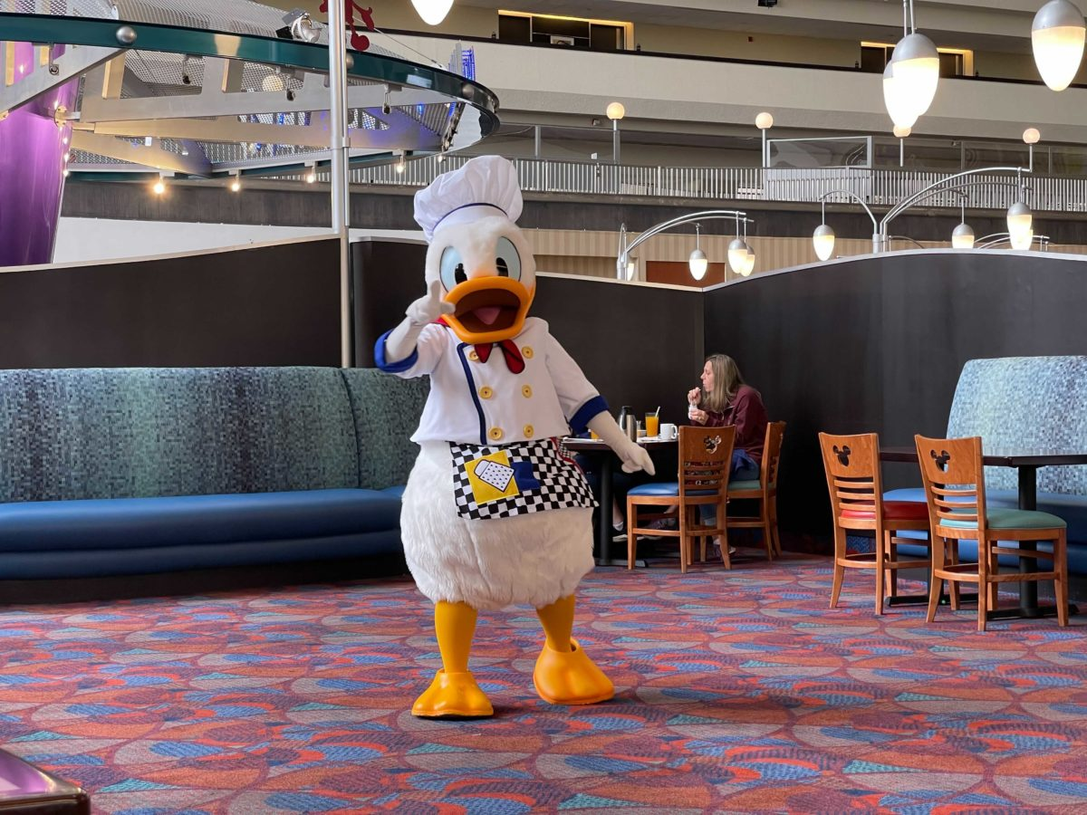 chef-mickeys-new-breakfast-donald-autograph-card-seating-dec-2020_12
