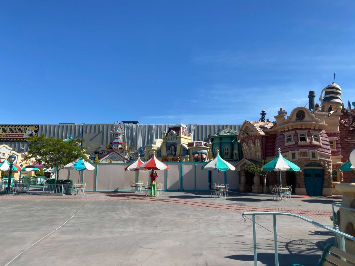 toontown-five-dime-gag-factory-construction-walls-1