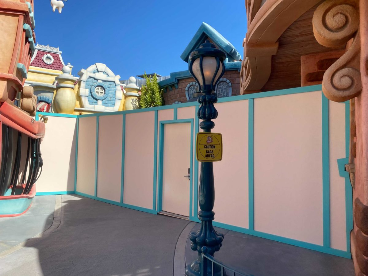 toontown-five-dime-gag-factory-construction-walls-9