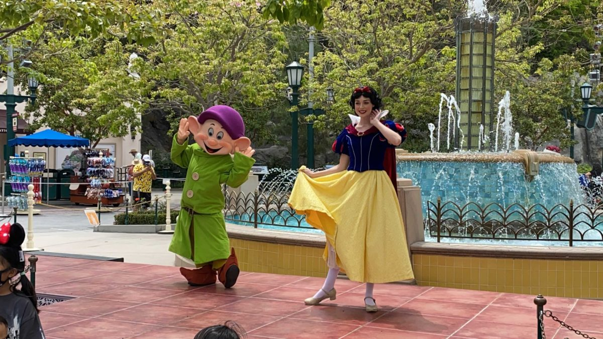 snow-white-dopey-carthay-circle-distanced-meet-and-greet-4