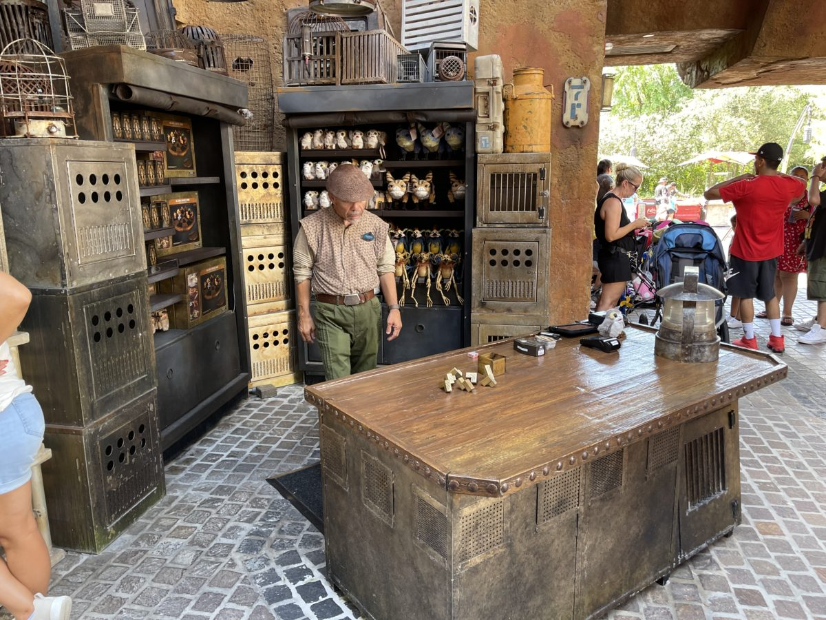 secondary-creature-stall-open-galaxys-edge-market-hollywood-studios-07220221